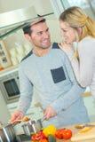 Par som lagar mat ett mål royaltyfri bild