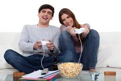 Par som leker till videospel Royaltyfri Fotografi