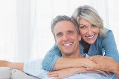 Par som ler på kameran Royaltyfria Foton