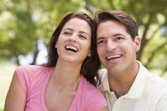 par som ler utomhus royaltyfria foton