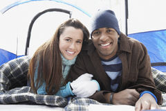 Par som ligger i sovsäckar i tält Royaltyfria Bilder