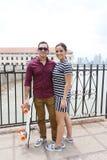 Par som älskar sig, hållande skateboard för man Fotografering för Bildbyråer