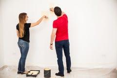 Par som målar ett rum Royaltyfri Bild