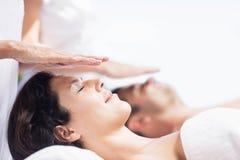Par som mottar en head massage från massör arkivfoton