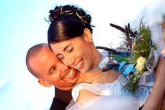 par som omfamnar bröllop Royaltyfri Foto