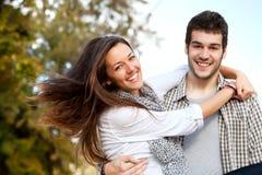 par som omfamnar den lyckliga det friaståenden Fotografering för Bildbyråer