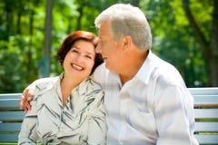 par som omfamnar den lyckliga pensionären Fotografering för Bildbyråer