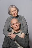 par som omfamnar den lyckliga ståendepensionären Fotografering för Bildbyråer