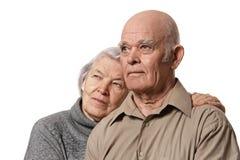 par som omfamnar den lyckliga ståendepensionären Royaltyfria Foton