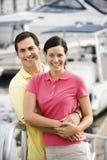 par som omfamnar hamn Royaltyfri Bild