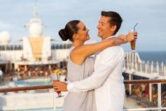 Par som omfamnar kryssning Royaltyfri Fotografi