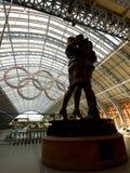 par som omfamnar london olympiska spel Arkivbild