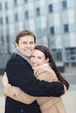 par som omfamnar lycklig förälskelse Fotografering för Bildbyråer