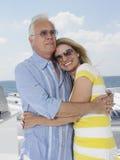 Par som omfamnar på yachten fotografering för bildbyråer