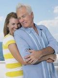 Par som omfamnar på yachten arkivbild
