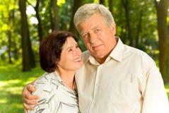 par som omfamnar pensionären Royaltyfri Foto