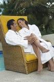 Par som omfamnar poolsiden Royaltyfria Foton