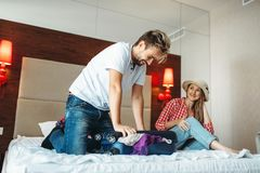 Par som packar deras överfyllda påse för semester arkivfoton