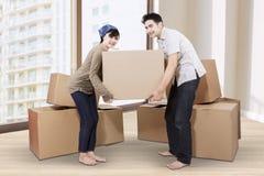 Par som packar upp papp i nytt hem 1 Royaltyfri Foto