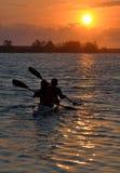 Par som paddlar en kanot Royaltyfri Foto