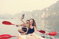 Par som paddlar i en kanot royaltyfri fotografi