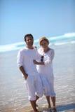 Par som paddlar i havet Arkivbild