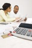 Par som planerar deras finansiella budget Arkivfoton
