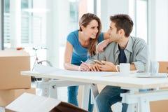 Par som planlägger deras nya hus Arkivbilder