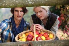 Par som poserar bak träbarriär Arkivbilder
