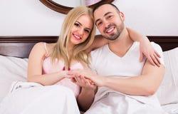 Par som poserar i säng Arkivfoton