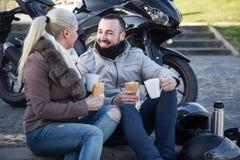Par som poserar nära den motoriska cykeln arkivfoton