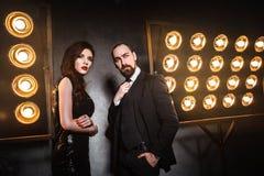 Par som poserar nära etapp och många lampa Lyx och rikt concep royaltyfria bilder