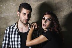 Par som poserar på väggen med natt Royaltyfri Foto