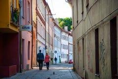 Par som promenerar gatan Arkivbild