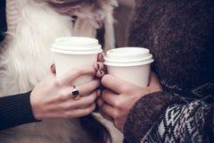 Par som är förälskade med kaffe Arkivfoto
