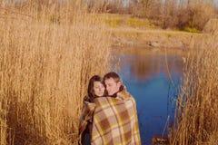 Par som är förälskade nära floden på våren Royaltyfri Foto