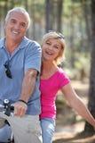 Par som rider en cykel Royaltyfria Bilder