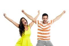 Par som ropar med lyftta armar Royaltyfri Foto