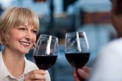 Par som rostar i en restaurang Fotografering för Bildbyråer