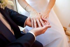 Par som rymmer deras händer Arkivbilder