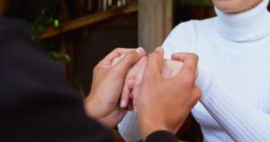 Par som rymmer handen och påverkar varandra med de 4k stock video