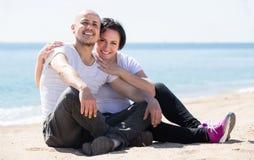 Par som rymmer sig på stranden royaltyfria foton