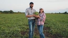 Par som rymmer vattenmelon i deras händer arkivfilmer