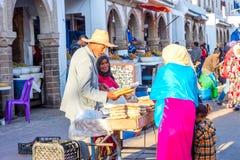 Par som säljer bröd, Essaouira Royaltyfri Foto