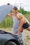 Par som ser bilmotorn Arkivfoto
