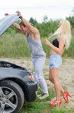 Par som ser bilmotorn Arkivfoton