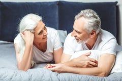 Par som ser de som ligger på sängen royaltyfri bild