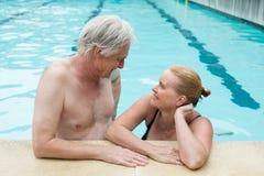 Par som ser de på poolsiden Royaltyfria Foton