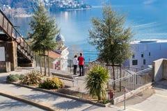 Par som ser den fantastiska sikten av staden av Lugano, Schweiz arkivbilder