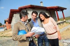 Par som ser det framtida husplanet Royaltyfri Foto